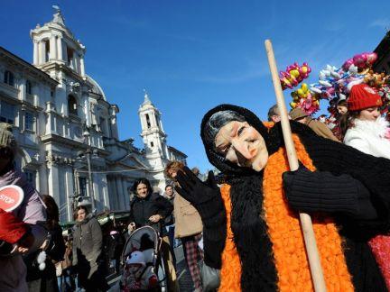 Ator caracterizado de Befana, durante festejos na Piazza Navona. Foto: divulgação