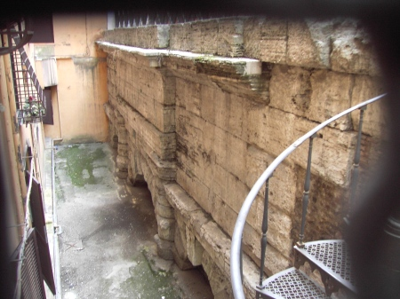 Restos do aqueduto Virgo, na Via del Nazareno, em Roma. Foto: divulgação.