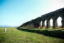 Vista do Aqueduto Cláudio, no Parque dos Aquedutos, em Roma. Foto: © dayana mello