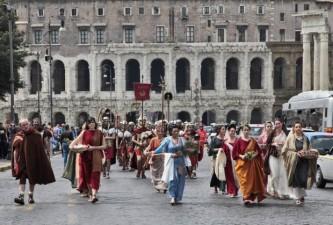 Mulheres que levavam consigo objetos para representação de antigos rituais religiosos. Foto: divulgação