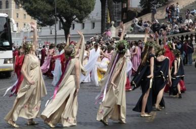 O cortejo também foi acompanhado por danças. Foto: roma. repubblica.it