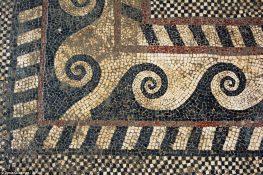 Diversos formatos ornamentam o piso da grande casa. Foto: Inrap