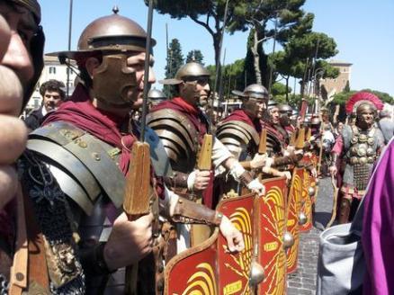 Legionários do Gruppo Storico Romano Foto: ANSA/ SIMONA TAGLIAVENTI