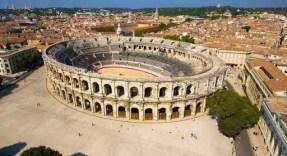Um dos símbolos da presença de Roma na antiga Gália. A arena foi edificada no final do século I a.C, servia para o divertimento da população, com jogos e lutas entre gladidores, assim como seriam realizadas posteriormente no anfiteatro Flávio (Coliseu). Foto: divulgação.