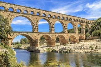 A ponte de Gardon, atravessa o rio de mesmo nome, e está situada próximo à antiga Nimes. Contruída por volta do ano 17 a.C, por ordens do Imperador Ottaviano Augusto, fazia parte de um antigo aqueduto, que transportava água da atual Uzès até Nimes.Foto: divulgação.
