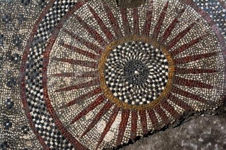 Os mosaicos chamaram a atenção dos estudiosos graças a sua complexidade. Foto: Inrap.