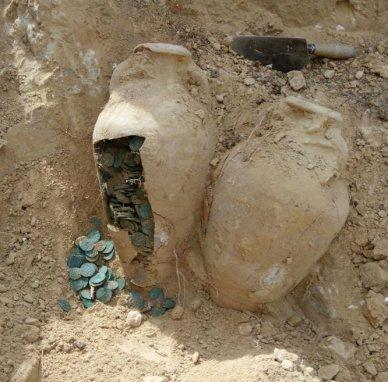 A descoberta das moedas em antigas ânforas foi anunciada na última semana de abril. Os arqueólogos com muito cuidado tiveram acesso a elas. Foto: Europa Press.