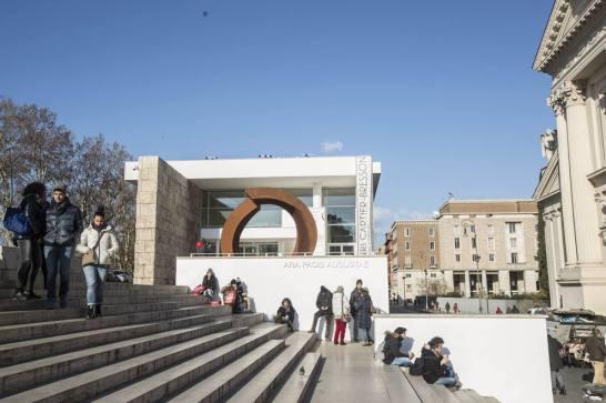 Praça Augusto Imperador, onde se encontra o antigo Mausoléu. Na foto, vê-se o Museu de Ara Pacis,situado em frente ao monumento. Foto: divulgação.