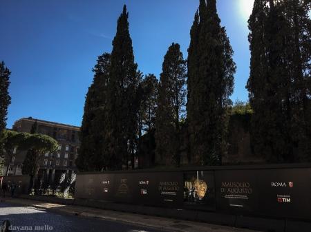Grande muro que cobre o monumento em restauro. Foto: © dayana mello
