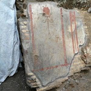 Uma das paredes continham afrescos como os da imagem: uma característica que remonta ao estilo das casas de Pompeia.