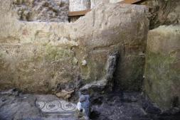 A partir da foto, é possível identificar o que seria o início de uma porta de madeira e um pouco do pavimento, revestido em mosaico, com desenhos de flores. Foto: La Repubblica