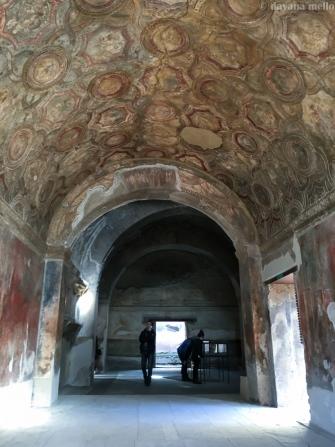 Riqueza de detalhes de teto em abóbada, de possível edifício público, em Pompeia. Foto: ©dayana mello