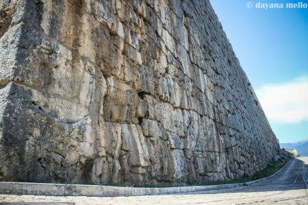 Os muros de Alatri vistos de um dos pontos mais altos da Acrópole. Foto: ©Dayana Mello