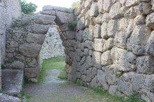 """Civita Vecchia de Arpino. Vista da curiosa porta ogival dos muros de Arpino. Conhecido como """"arco a sesto acuto"""" ou arco afiado, um dos únicos no mundo, juntamente com algumas portas da estrutura megalítica de Micenas. Foto:©Annalisa Copiz"""