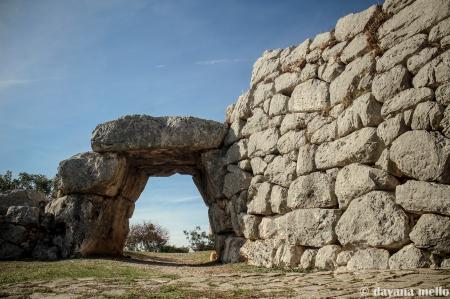 Vista da parte externa da Porta Saracena, em Norba. Muitos estudiosos a conectam com a estrutura megalítica da Porta dos Leões, em Micenas. Foto:©Dayana Mello