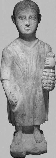 Estátua conservada no Museu de Arte e História de Genebra, de época romana, datada do séc. III d.C. Podemos ver um menino que conserva o que seria um abacaxi em sua mão esquerda. Foto: misteridelpassato.wordpress.com