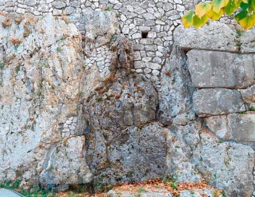 Na parte externa dos muros de Alatri encontra-se uma misteriosa forma a qual, segundo Ornello, teria sido uma escultura dedicada também à deusa Madre, comparada à uma estátua dessa mesma divindade no Museu de Ancara. Foto: ©Ornello Tofani