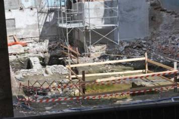 Canteiro de construção do antigo teatro, em Como, onde estão sendo realizadas as escavações que trouxeram à luz a ânfora com os repertos romanos. Foto: milano.corriere.it